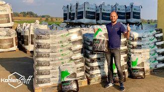 Dominik Dunst präsentiert die neuen Futterkohle Säcke von CharLine